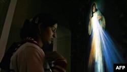An Indian Christian prays on Christmas Eve in New Delhi