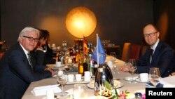 Франк-Вальтер Штайнмаєр (л) і Арсеній Яценюк (п) на зустрічі в Мюнхені, 31 січня 2014 року