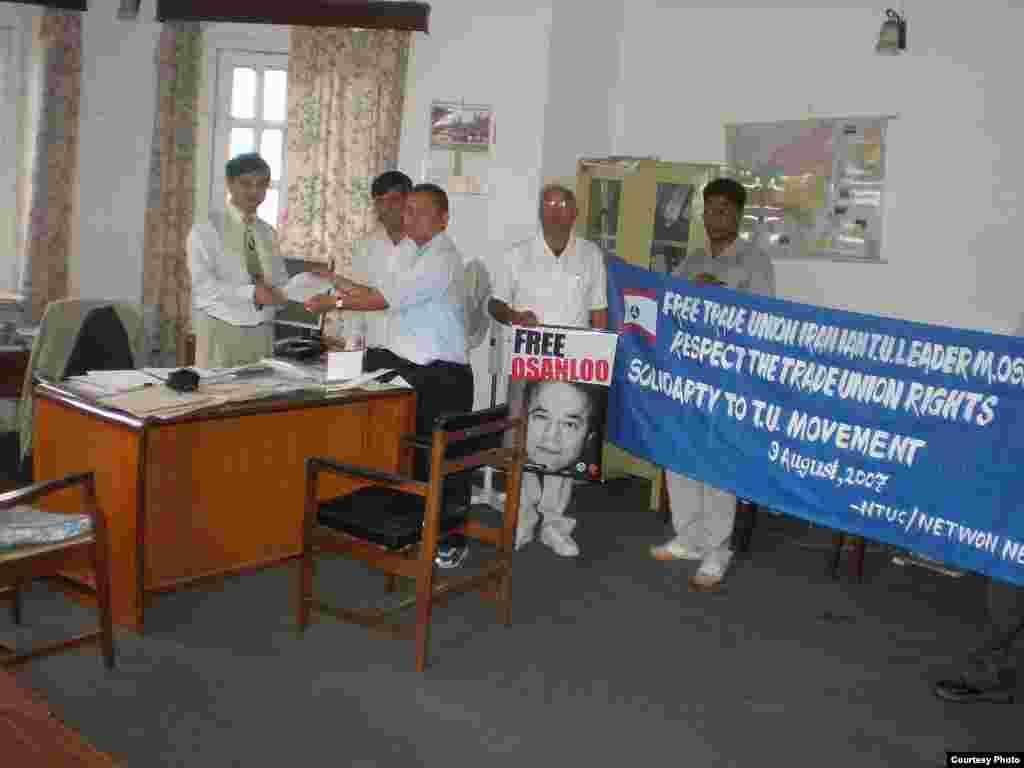 فعالان کارگری نپالی در دفتر کنسولگری ایران در این کشور
