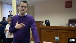 Politikani opozitar rus, Aleksei Navalni gjatë një prej seancave gjyqësore kundër tij