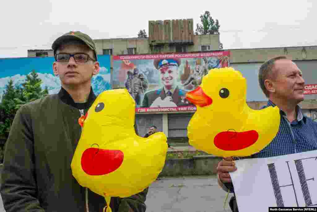 Даже Гагарин с голубем на заднем плане, казалось, участвовал в акции.