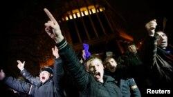 По словам Руслана Бортника, новые власти Украины втиснуты между рациональностью и радикальными требованиями части Майдана