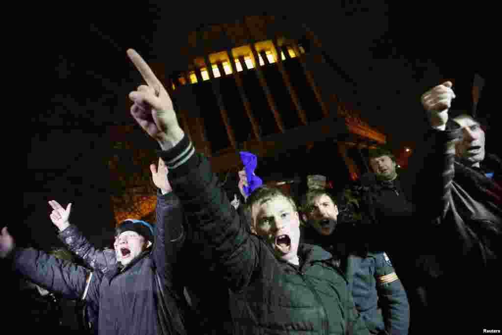 Розлючений натовп під будівлею Верховної Ради Криму. 27 лютого 2014 року