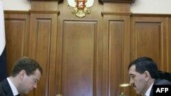 Встреча президента РФ Дмитрия Медведева (слева) с президентом Ингушетии Юнус-Бек Евкуровым