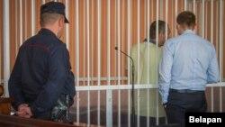 Аркадзь Патапаў у клетцы для падсудных, да пачатку паседжаньня. 2 жніўня 2018 году
