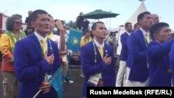 Олимпиада қалашығында өткен Қазақстан туын көтеру рәсіміне қатысушылар. Рио, Бразилия, 3 тамыз 2016 жыл.