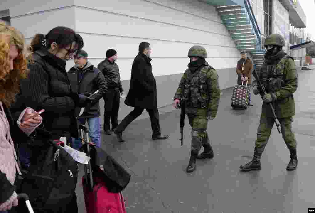Армейский патруль в аэропорту Симферополя.