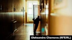 Школяр у коридорі Вилоцької школи №2