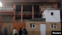 У дома, в котором проживает депутат парламента Афганистана Мир Вали, после вооруженного нападения. Кабул, 22 декабря 2016 года.