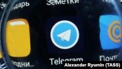 Иконка Telegram на экране мобильного устройства. Иллюстративное фото.