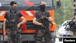 Бойцы спецназа охраняют один из объектов в Стамбуле