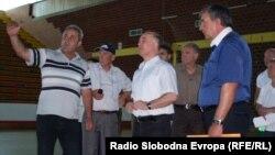 Вработени во спортската сала Младост во Битола со градоначалникот Владимир Талески.