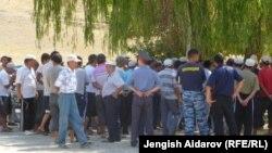 Чек арадагы абалга тынчсызданып чогулган Боз-Адыр айылынын тургундары. Баткен, 21-август, 2012.