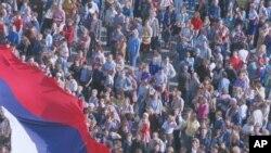Илјадници Московјани на 22 август 1991 година маршираат на Црвениот Плошад со огромно тробојно руско знаме, славејќи го неуспехот на државниот удар од тврдото крило на Комунистичката партија.