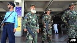 به دنبال يک تماس تلفنی تهديد آميز، اقدامات امنيتی در تمام فرودگاه های پاکستان تشديد شده است.(عکس:AFP)