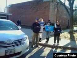 Рамис Юнус (слева, у автомобиля) и агитаторы у избирательного участка, 6 ноября 2012