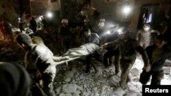 Սիրիա - Փրկարարները տեղափոխում են ռմբակոծության հետևանքով վիրավորված կնոջը, Իդլիբ, 30-ը մայիսի, 2016թ․