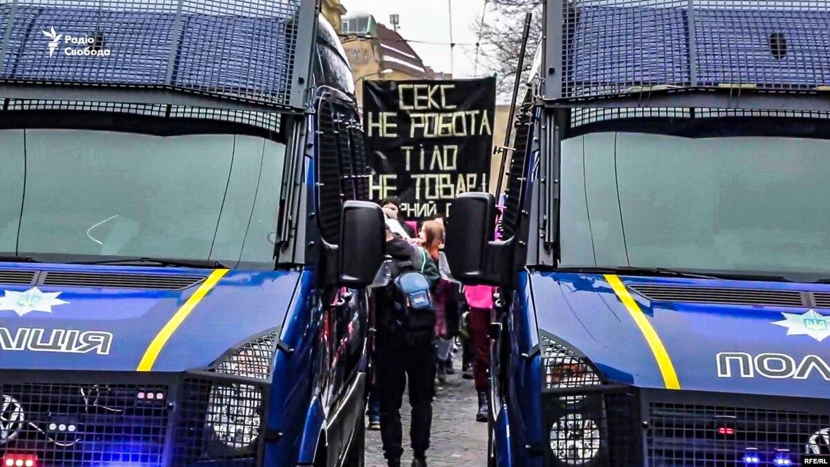 «Цветы – клумбам, права – женщинам». Во Львове состоялся феминистический марш (видео)