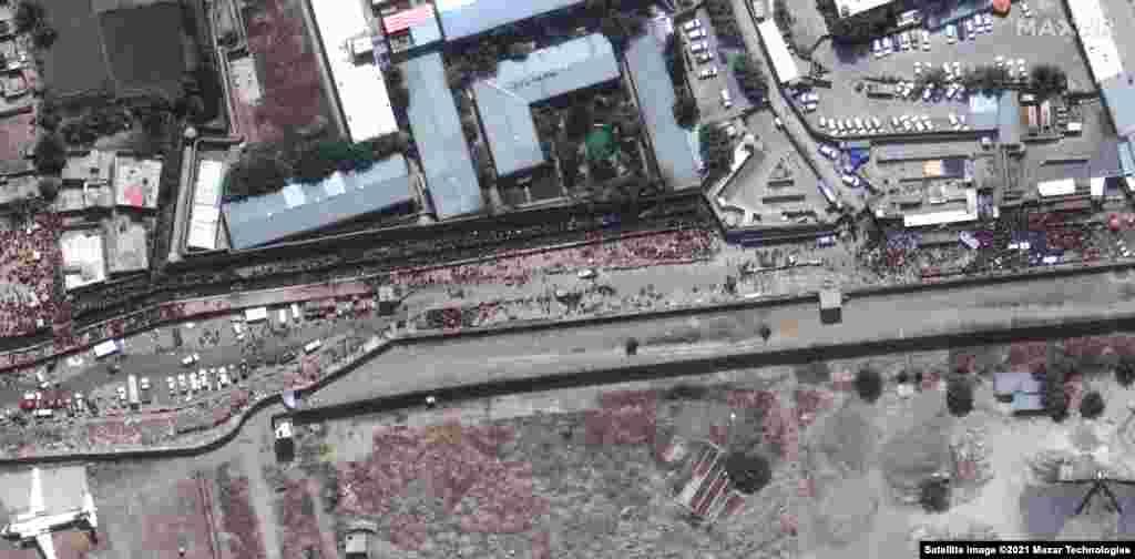 La marginea de est a aeroportului din Kabul s-au adunat mari mulțimi de oameni.