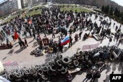 Donetskdə Təhlükəsizlik Xidməti binasının qarşısındakı barrikadada Rusiya yönlü fəallar