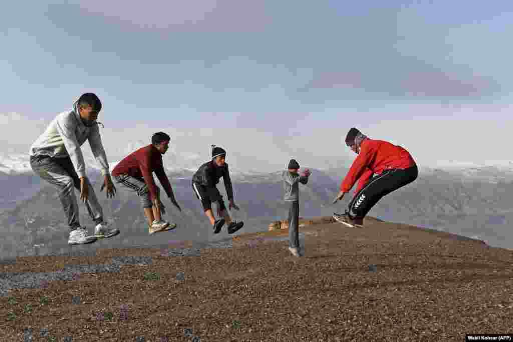 Спортсмены, которые выступают в муай-тай (тайский бокс), тренируются рядом с местом, где находились Бамианские статуи Будды, разрушенные талибами в 2001 году, в афганской провинции Бамиан