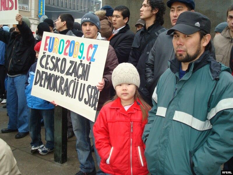 Казахские беженцы проводят акцию протеста в столице Чехии. Прага, 7 февраля 2009 года