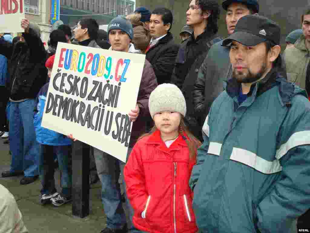 Отцы и дети - По словам митингующих, крайские суды и Высший административный суд в городе Брно усиленно способствуют политике миграционных служб по выдавливанию казахских беженцев из страны.