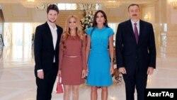 Справа налево: победители Евровидения-2011 Эльдар Гасимов и Нигар Джамаль, президентская чета - Мехрибан и Ильхам Алиевы