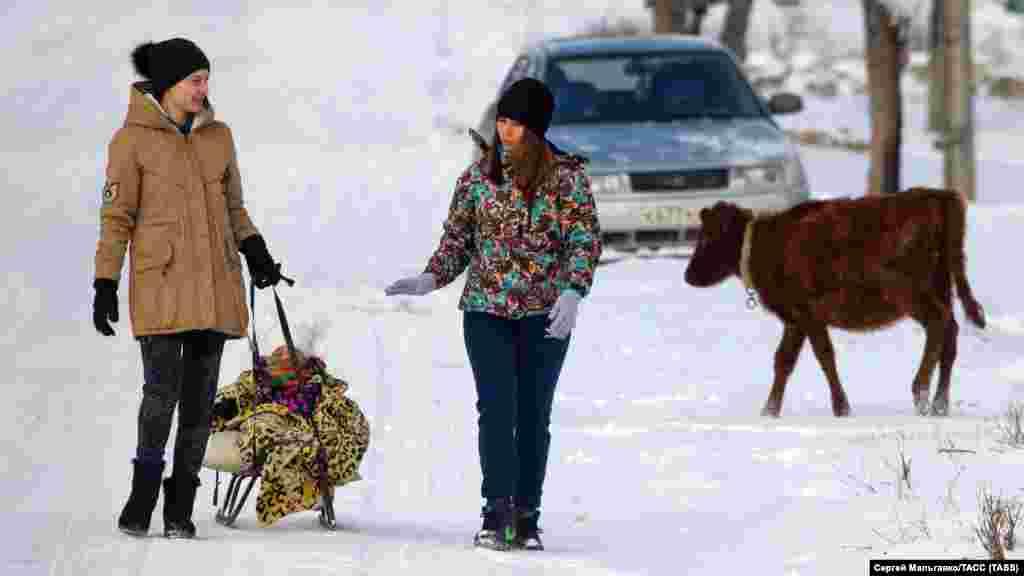 Дівчата на вулиці в селі Мічурінське Білогірського району