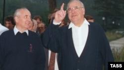 СССР президенті Михаил Горбачев (сол жақта) пен Германия канцлері Гельмут Коль. Архыз (Қарашай-Черкес АО), 16 шілде 1990 жыл