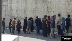 نزدیکان و بستگان بازداشتشدگان روز کارگر سال ۹۸ در مقابل زندان اوین