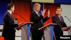 Donald Tramp pokazuje veličinu svojih prstiju između kandidata Marka Rubija i Teda Kruza