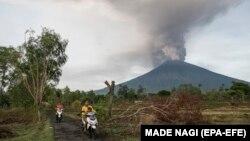 Балидаги Агунг тоғидан ўтган ҳафта буриқсиб тутун чиқа бошлаган.