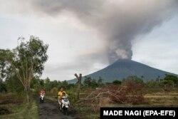 Извержение вулкана Агунг. Индонезия, Бали, 27 ноября 2017 года
