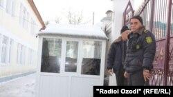 Сотрудники службы охраны у территории школы в Душанбе. Иллюстративное фото.