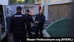 Российская полиция ведет арестованного фигуранта «дела Хизб ут-Тахрир», координатора «Крымской солидарности» Сервера Мустафаева