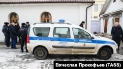 Полицейский автомобиль у храма Святителя Николая на Бакунинской улице, где мужчина ранил ножом двух прихожан.