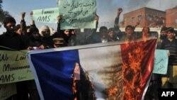 ارشیف، پاکستاني مظاهره چیانو د فرانسې بیرغ ته اور اچولی
