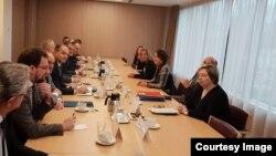Fotografi nga një takim në Bruksel ndërmjet Ekipit negociator të Kosovës dhe shefes së BE-së, Federica Mogherini.