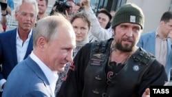 Президент Владимир Путин и лидер «Ночных волков» Александр Залдостанов