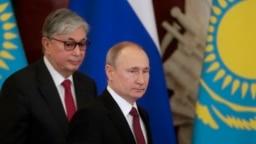 Президент Казахстана Касым-Жомарт Токаев и президент России Владимир Путин (слева направо) во время пресс-конференции по итогам встречи в Кремле, 3 апреля 2019 года