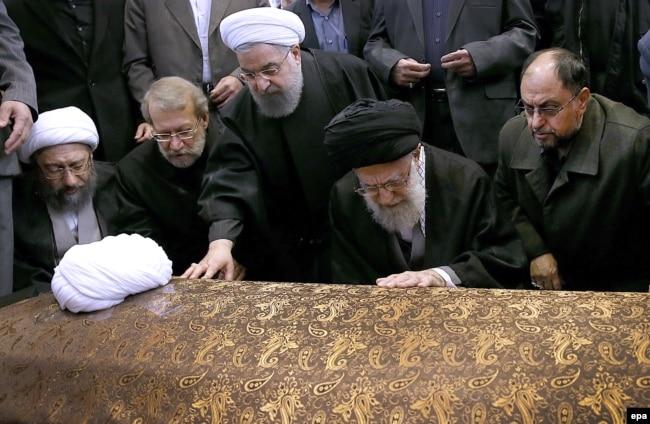 وحید حقانیان (راست) در کنار علی خامنهای بر سر پیکر هاشمی رفسنجانی