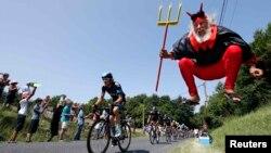 Ювілейний «Тур де Франс»: команда Sky везе до перемоги свого лідера, «талісман» гонки Діді Зенфт, відомий як «El Diablo» («Диявол») стрибає перед камерами