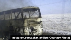 Сгоревший на трассе в Актюбинской области пассажирский автобус. Фото со страницы пользователя социальной сети Instagram @askar_aktileu.