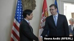 Pamje nga takimi i djeshëm në Beograd ndërmjet zyrtarit amerikan Hoyt Brian Yee dhe kryeministrit të Serbisë Aleksandar Vuçiq (djathtas)