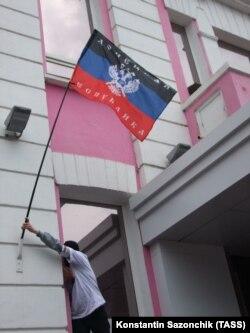 В Донецке сторонники федерализации захватили здание ГУВДУ