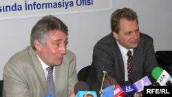 Həmməruzəçilər Toni Lloyd [solda] və Andreas Herkelin mətbuat konfransı, 2 noyabr 2006