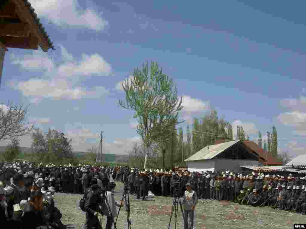 Тажыяда маркум 2005-жылдагы март окуясында коомдук тартипти сактоого зор салым кошкону да айтылды - Kyrgyzstan -- Funeral the deputy of parliament Sanjar Kadyraliev, Village Kyzyl-Senir Uzgen district,16april2009