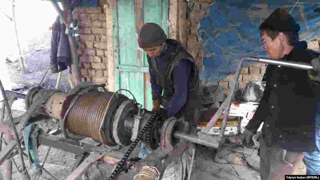 Лебедка для подъема шахтеров и мешков с углем.