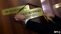 Felirat az ülésterem ajtaján az Országgyűlés Nemzetbiztonsági bizottságának ülése előtt az Országgyűlés Irodaházában 2018. február 8-án